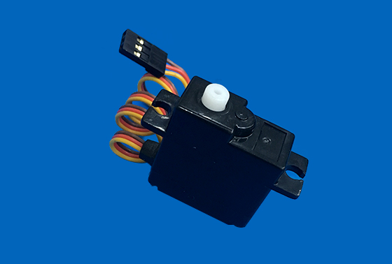 空载速度:0.12秒/60度(4.8v) ;0.11秒/60度(6.0v) 堵转扭矩:1.2kg.cm (4.8v); 1.5kg.cm (6.0v) 若使用稳压器,请把电压维持在4.8V-6V DC 产品优势/优点 种舵机转舵效率高,速度快,稳定性好,灵敏度高
